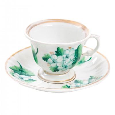 Porcelanowa filiżanka do herbaty z kwiecistą dekoracją w zieleni, sygn. KPM, Berlin, ok. poł. XIX w.
