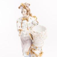 Postać w stroju dworskim z koszem, figurka porcelanowa ze złoceniami, XIX w.