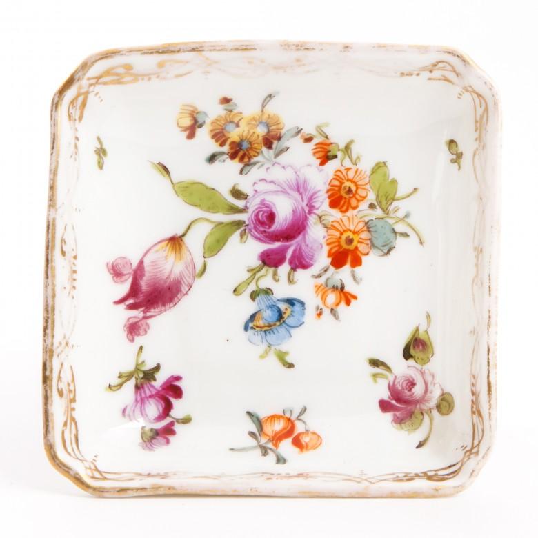 Talerzyk kwadratowy z dekoracją kwiatową, porcelana sygnowana, Drezno