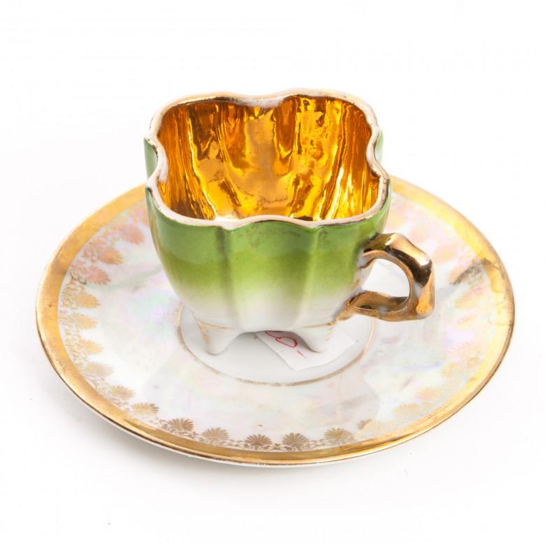 Filiżanka porcelanowa o fantazyjnym kształcie, złocona w środku
