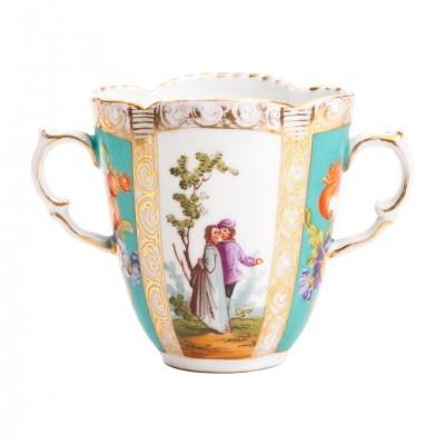 Tasse Trembleuse, filiżanka porcelanowa z dwoma uszkami, zdobiona scenami z parą zakochanych, sygnowana, Francja (?)