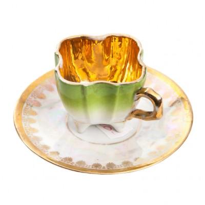 Filiżanka secesyjna, porcelanowa o fantazyjnym kształcie, złocona w środku.