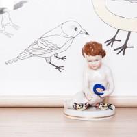 Dziecko karmiące ptaszki, figurka porcelanowa, XX w.