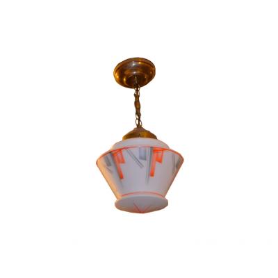 Lampa sufitowa malowana kubistycznym ornamentem w stylu art deco. Jednożarówkowa. Mosiądz, szkło. Lata 30. XX w.
