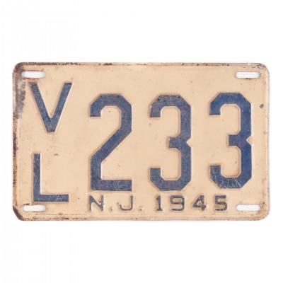 Amerykańska tablica rejestracyjna z 1945 r. New Jersey. Stal tłoczona i lakierowana. USA, lata 40. XX wieku.