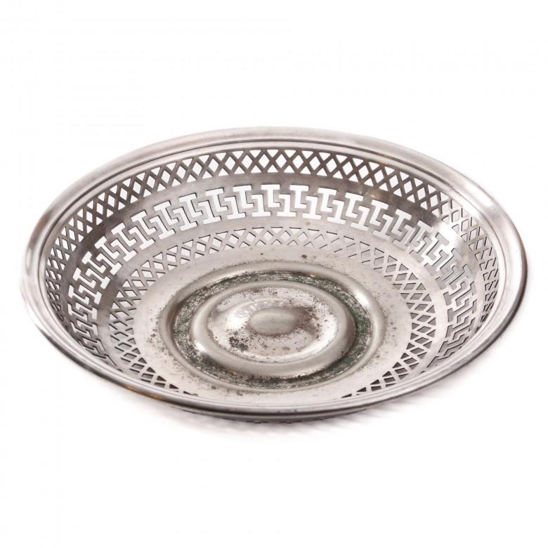 Ażurowa patera na pieczywo lub owoce, z geometryzującą dekoracją. Metal posrebrzany.