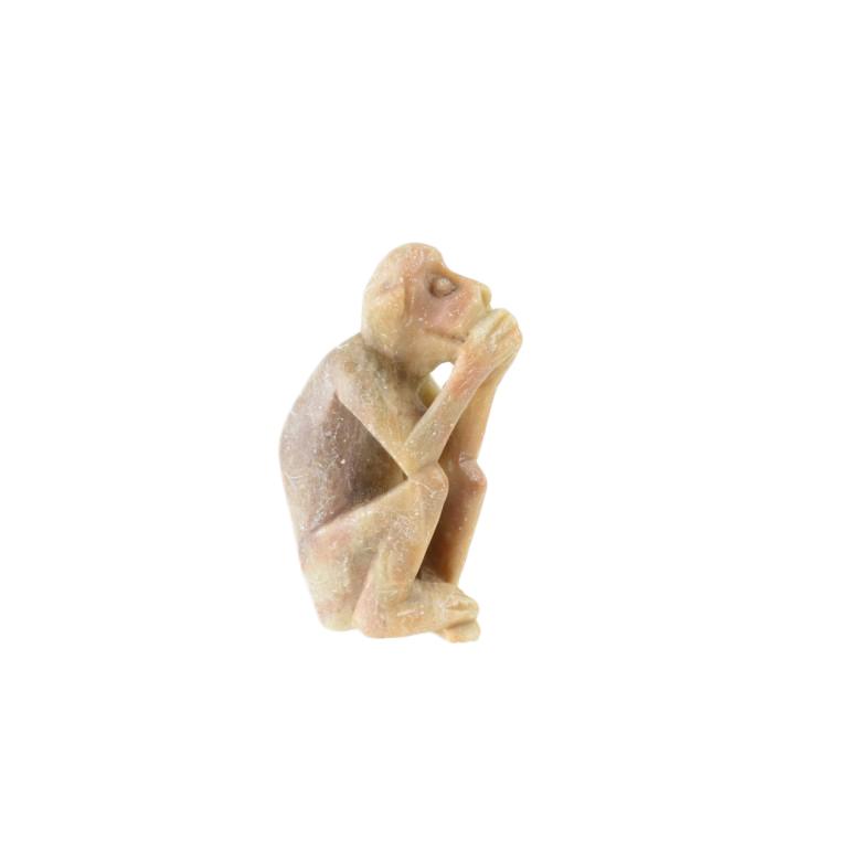 """Figurka małpy zakrywającej pysk (Iwazaru) """"Nie mówię nic złego"""", pyrohylit."""