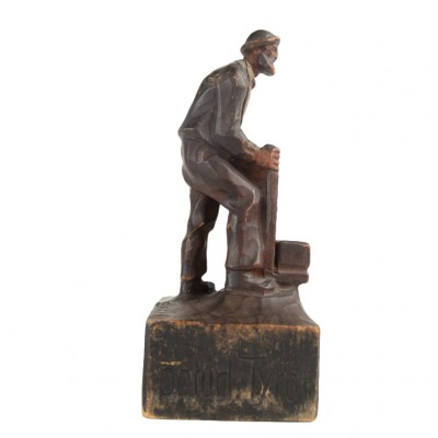Drewniana rzeźna przedstawiająca mężczyznę w kapeluszu, pamiątka z Tyrolu
