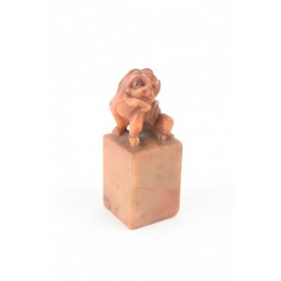 Figurka psa Fu, tłok pieczętny, pyrohylit / jadeit.