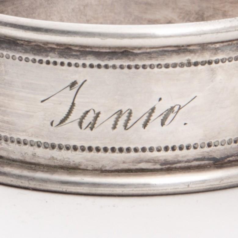 Pierścień do serwet z grawerowanym imieniem Janio. Metal posrebrzany. Sygnowany BMF.