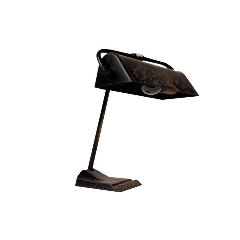 Lampa biurkowa w stylu postmodernizmu, metal, czarny lakier, w podstawie miejsce na ołówek. Lata 60. XX w.