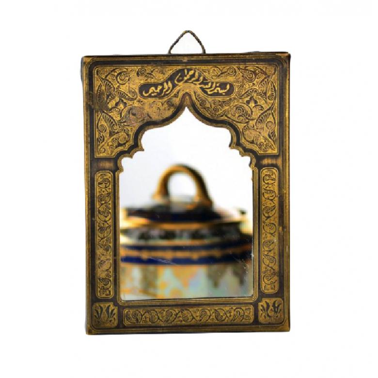 Lusterko w orientalnej, metalowej ramie.