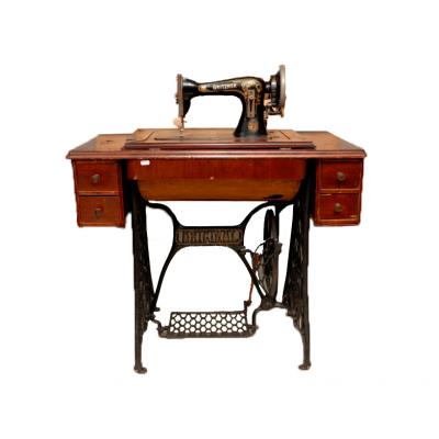 Maszyna do szycia ze stolikiem firmy Gritzner. Sygnowana znakiem producenta. Stolik drewniany, bejcowany na ciemny kolor, nogi żeliwne. Niemcy. Koniec XIX w.