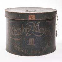 Melonik w pudełku na kapelusz. Sygn. Zdzisław Zdanowski, KRAKÓW HOTEL SASKI. II poł. XIX w.