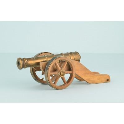 Model XIX-wiecznej armaty, mosiądz, drewno