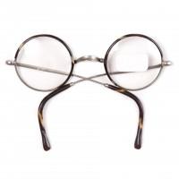 Okrągłe okulary w etui. Celuloidowe wykończenie w kolorze bursztynowym.