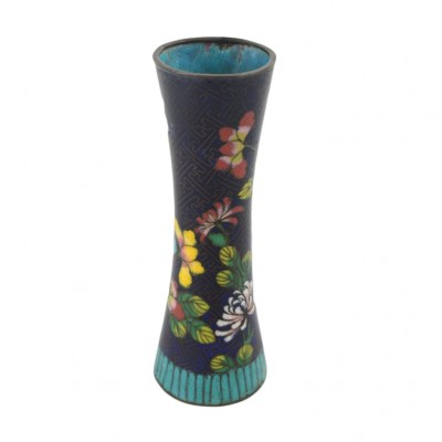 Wazon z motywami kwiatowymi ozdobiony emalią Cloisonné, Chiny, XX w.