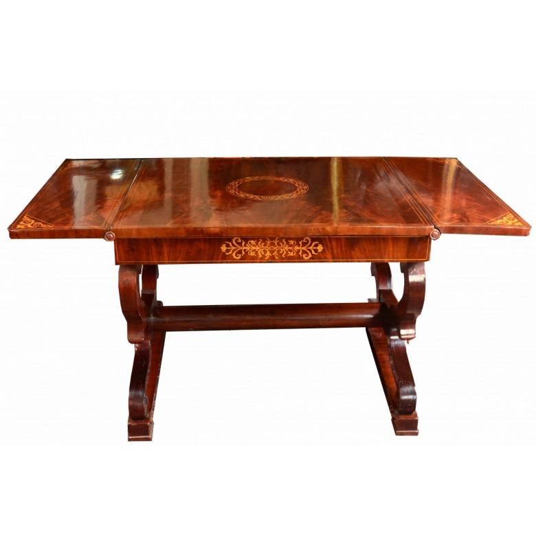 Pałacowy stół z klapami tzw. klapak w stylu Biedermeier. Przed 1840 r.  Mahoniem piramidowym. Intarsje.