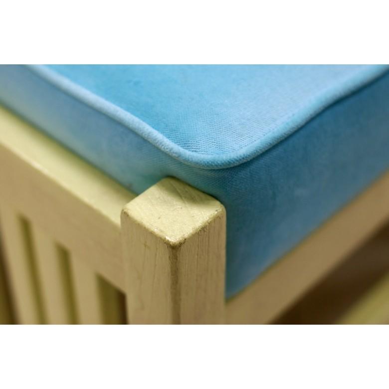 Dwie pufy z niebieską poduchą. Drewno malowane lakierem w kolorze kanarkowym. 2 szt.