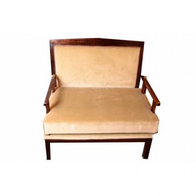 Sofa w stylu secesji wiedeńskiej. Ok 1910 r. Rama z drewna dębowego, bejcowana na ciemny brąz. Tapicerowana szaro – seledynowym aksamitem.  Austria.