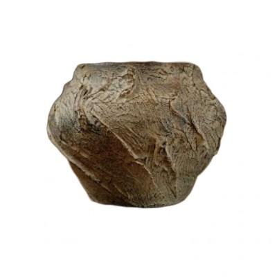 Ręcznie formowany wazonik, wyrób anonimowy, ceramika nieszkliwiona, sygnatura numeryczna.