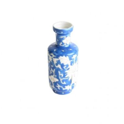 Wazonik z dekoracją w formie stylizowanych chryzantem, porcelana szkliwiona, Chiny, XIX w.