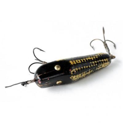 Wobler przynęta w formie czarno-żółtej rybki z dwoma kotwiczkami, metal, drewno polichromowane