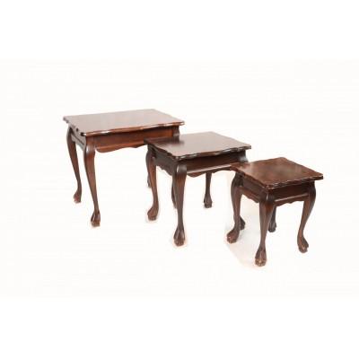 Stoliczki w stylu Chippendale. Twarde drewno rzeźbione i fladrowane na ciemny brąz. Anglia, XX w. 3 szt.