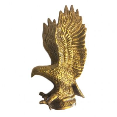 Statuetka na maskę samochodu w formie orła. Metal złocony. Pocz. XX wieku.