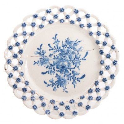 Bardzo rzadki talerz z dekoracją kwiatową malowaną kobaltem i z ażurowym kołnierzem, majolika, sygn. M, Modena, XVIII/XIX w.