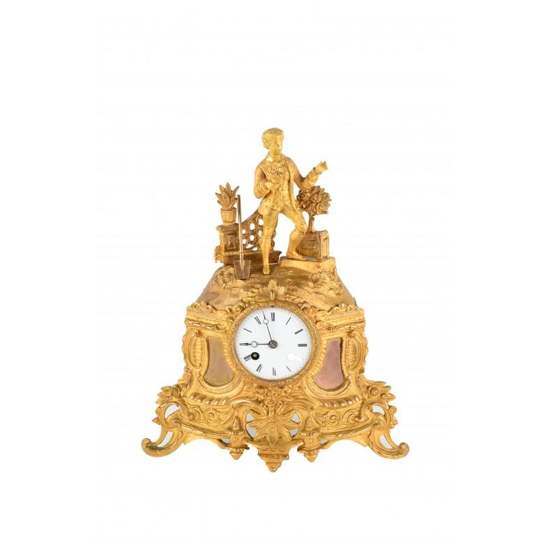 Zegar kominkowy figuralny w stylu francuskim. Brąz złocony, ormolu. Nakręcany kluczykiem, mechanizm wahadłowy.